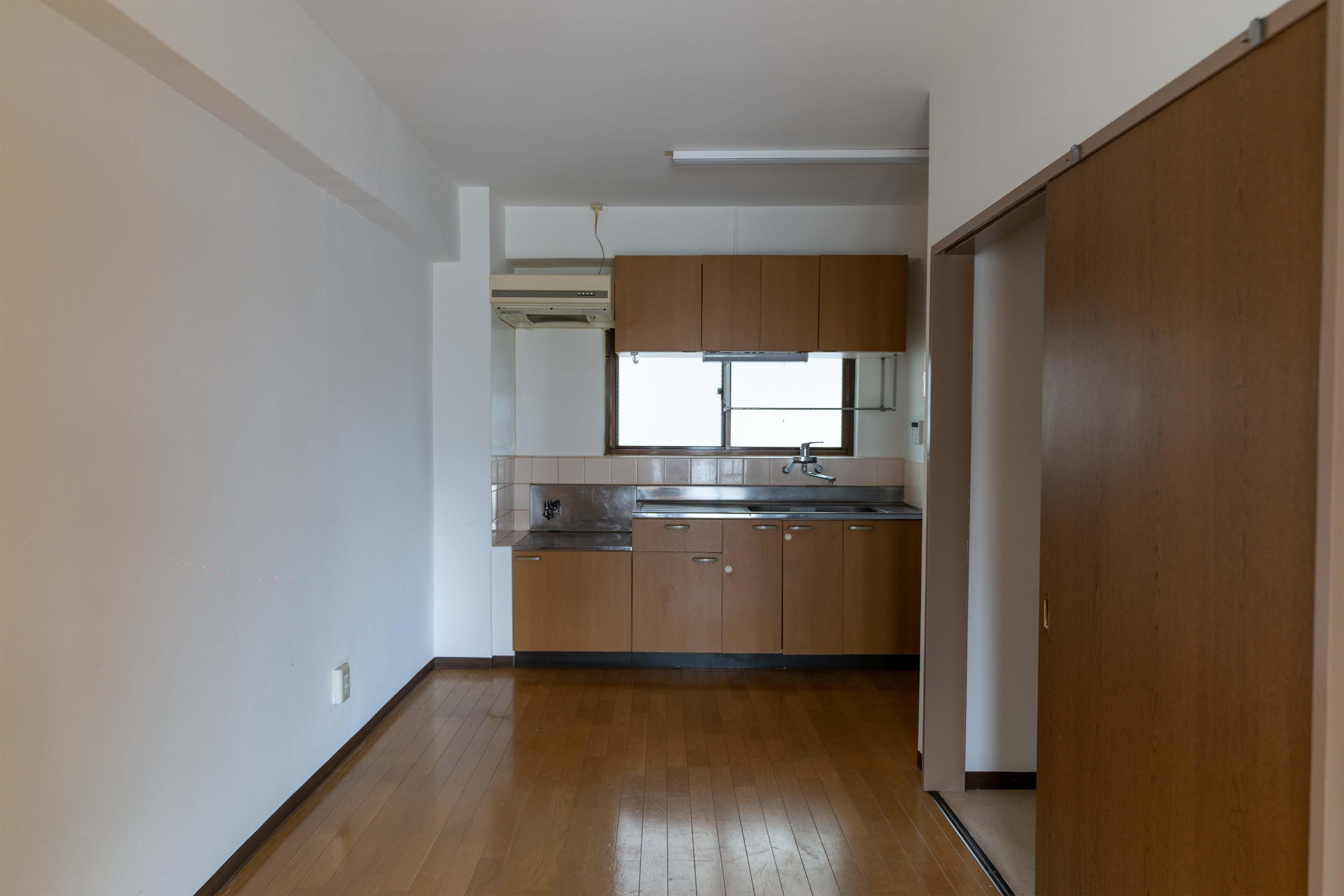 ダイニングキッチン。左の壁側に冷蔵庫や食器棚を置き、キッチン向かいにカウンターを置くのが良さそう
