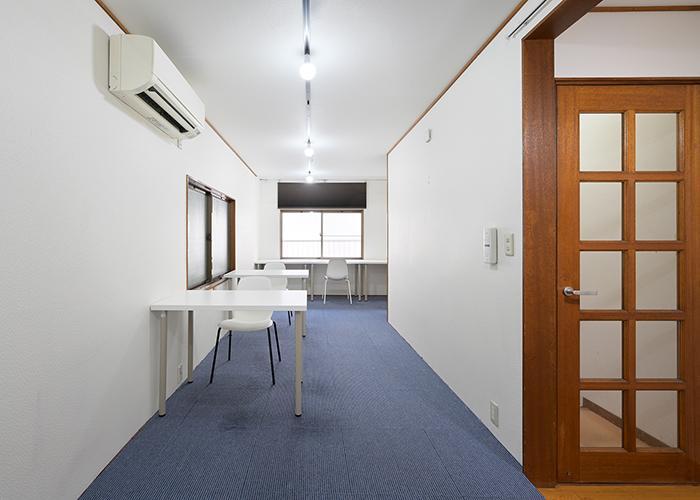 2階。床はカーペット仕上げ、壁は壁紙