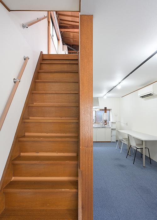 2階から3階へあがる階段。写真では伝わりづらいですが結構急です