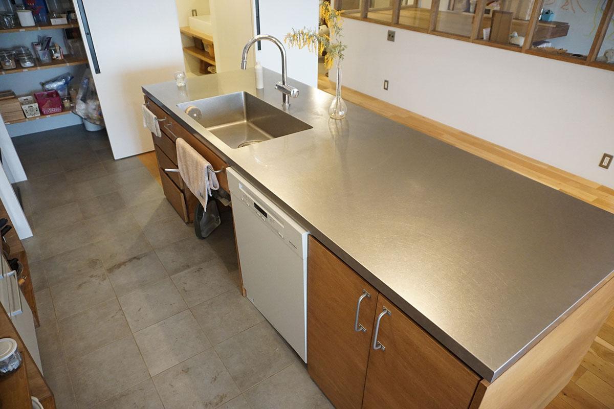 食洗機付き。天板はフラットで使いやすい