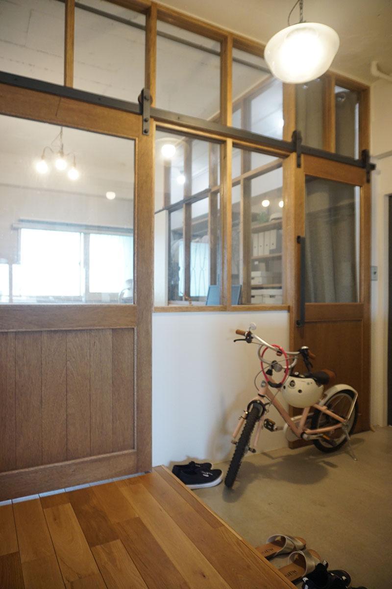 左は寝室の入り口、右はウォークインクローゼットの入り口。いずれも引き戸
