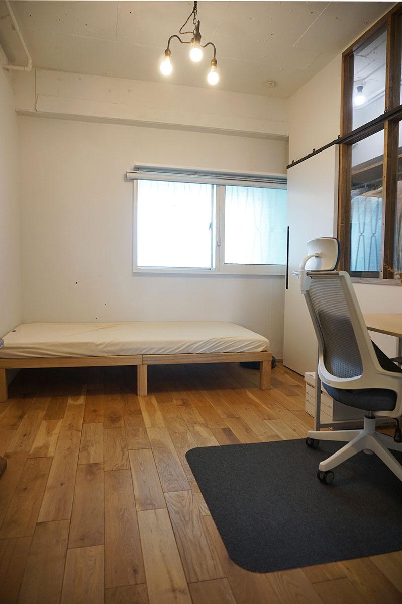 5.2畳の寝室。こちらも無垢床