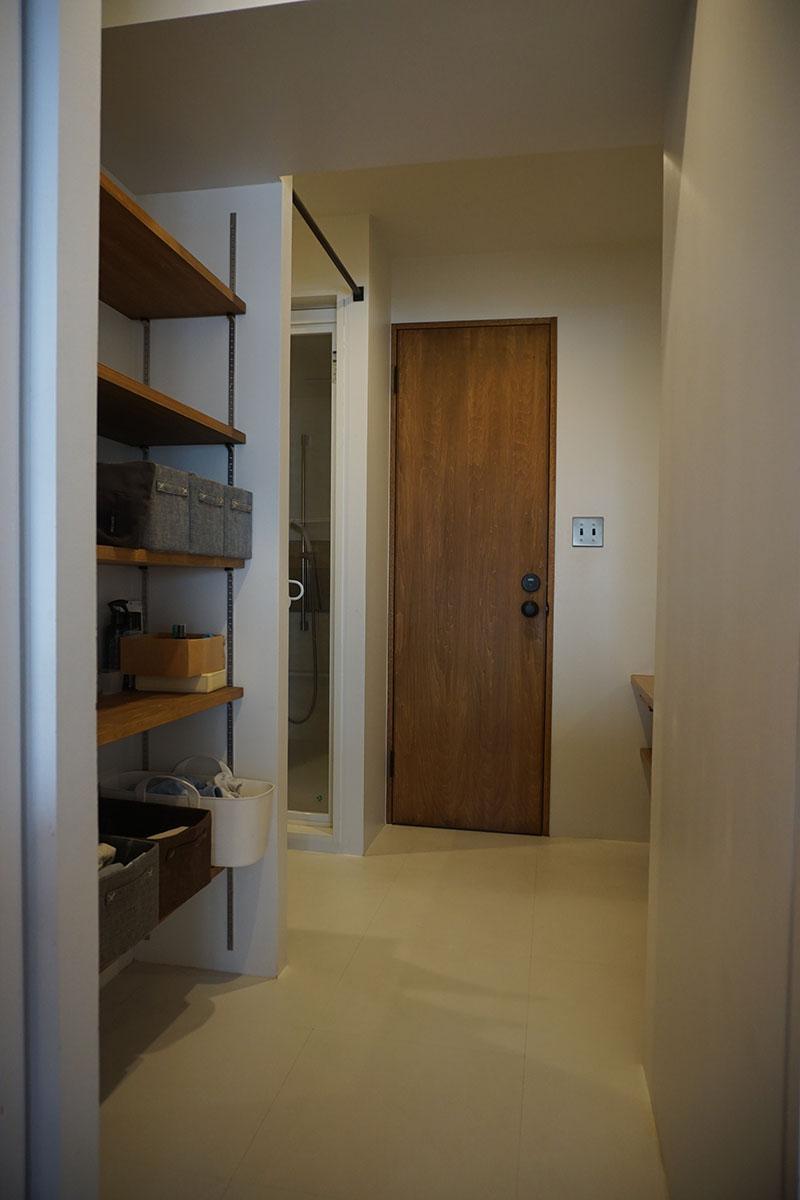 洗面室入り口。奥入って右は洗面台、中央のドアはトイレ、左はお風呂
