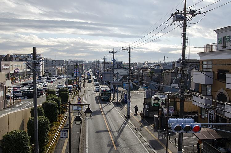 栄四丁目商店街。スーパー、地域のお店が点在していて、バス便も発達している