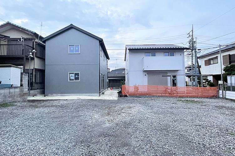 こちらの土地。先行して2住戸が完成済み。あえて塀を立てず、各住戸で少しづつ緑を植えていこうという計画