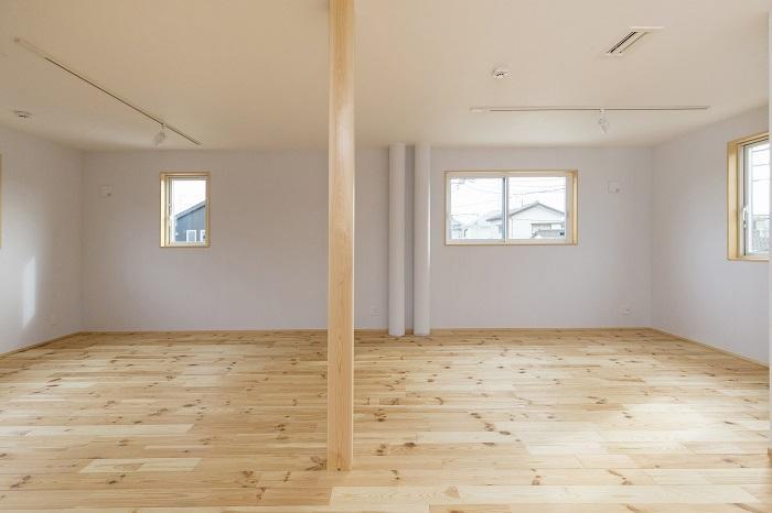 ドミノ住宅の良さを生かし、あえて個室をつくらず、開放的な間取りプランで暮らし始めるのもあり(参考写真)