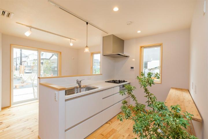窓枠は国産のヒノキ材、壁はオガファーザー、キッチンはパナソニックのシステムキッチンが標準仕様となる(参考写真)