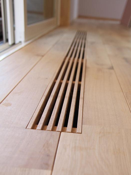 パッシブエアコンをいれると建物全体が空調管理される。冬は床暖になり、床からじんわりと温もりを感じられる
