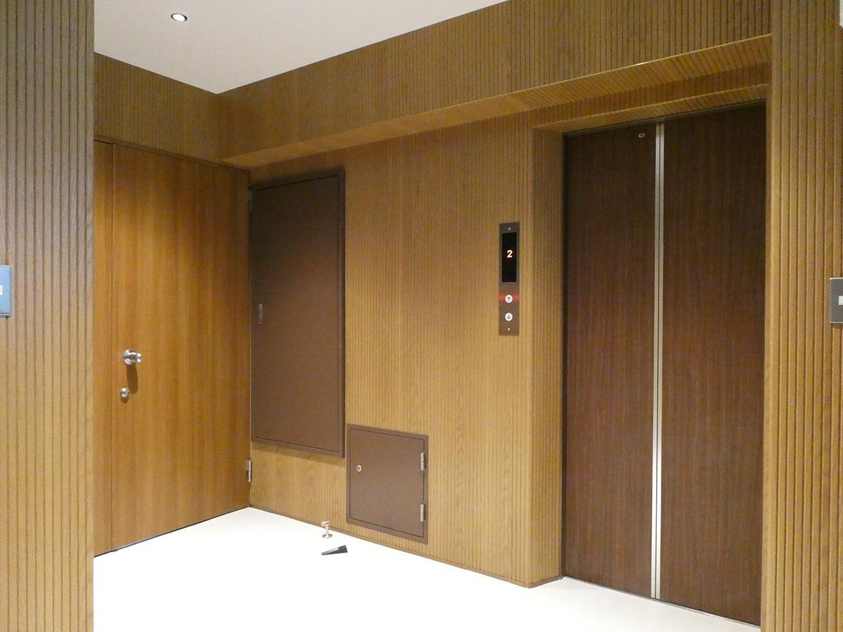 エレベーターホール。写真左手ドアが部屋のエントランス