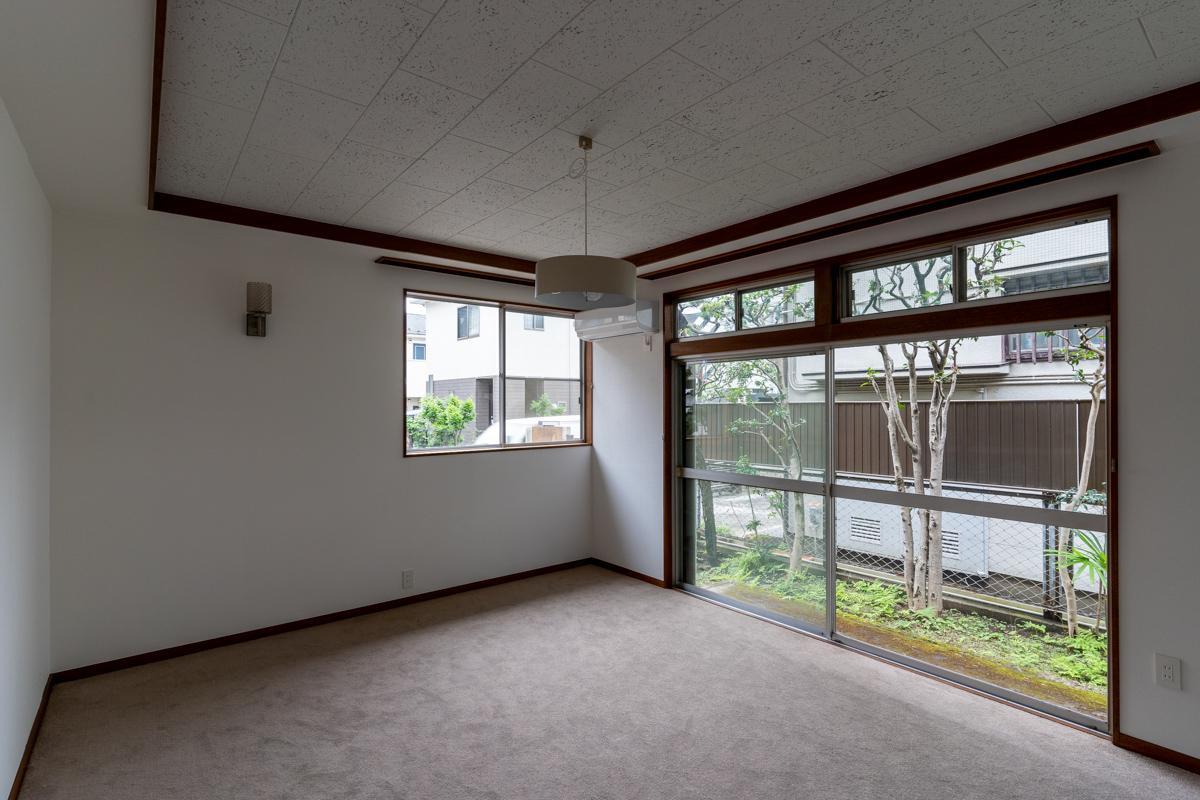 1階リビング脇の洋室はカーペット