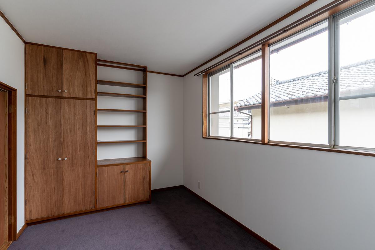 2階の洋室2はパープル系のカーペット