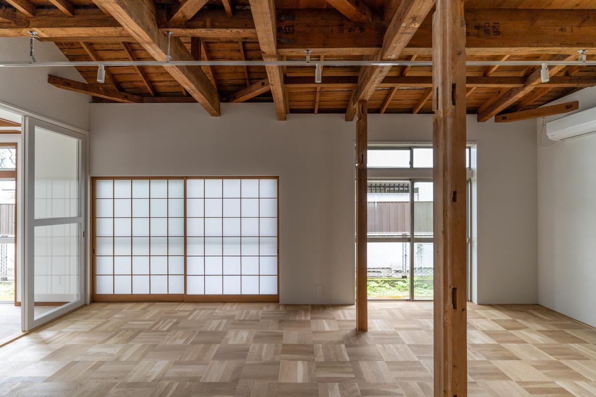 壁と天井を取り払った開放的な1階LDK