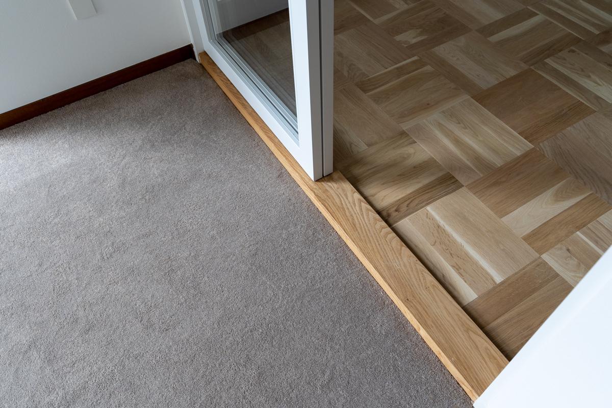 1階の床は無垢のパーケットフローリングとカーペット