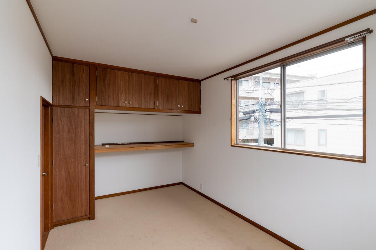 2階の洋室1はベージュ系カーペット