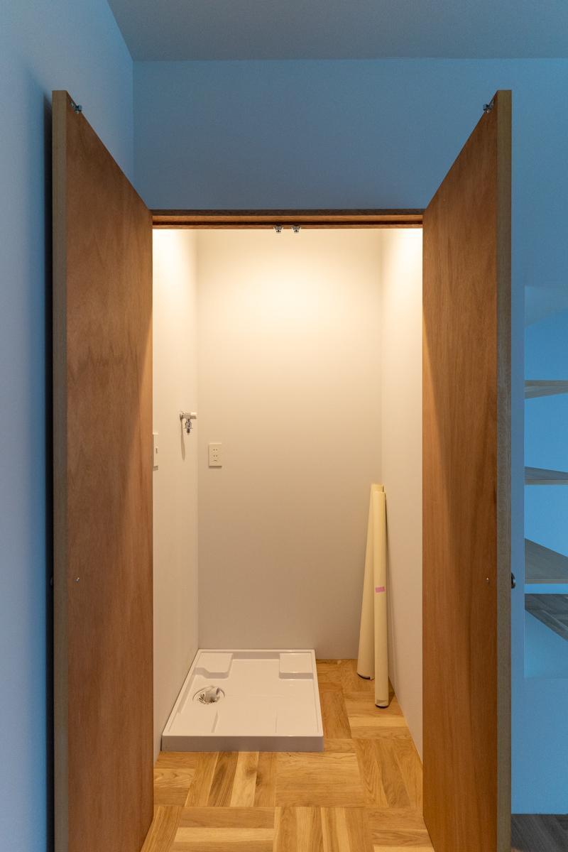 リビングの洗濯機スペースには扉があります