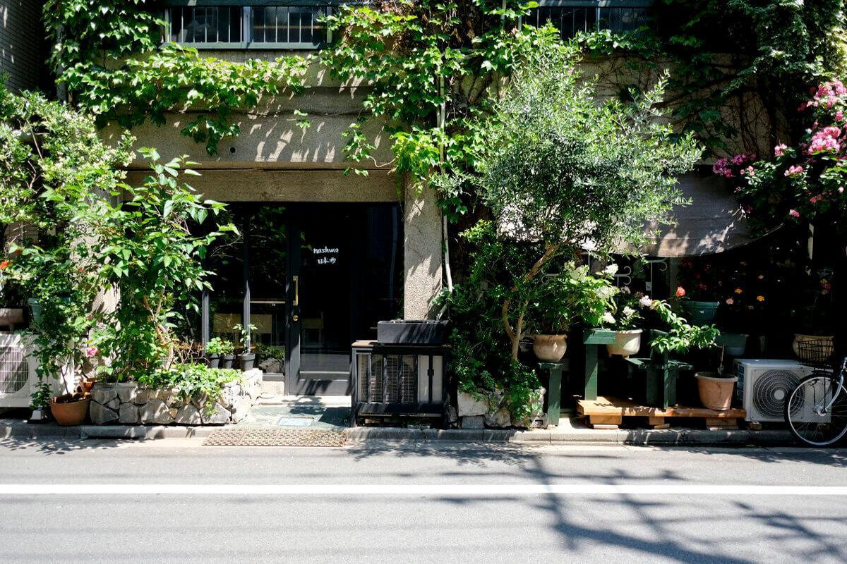 映画にでも出てきそうな。1階はすてきな日本酒バーが営業中