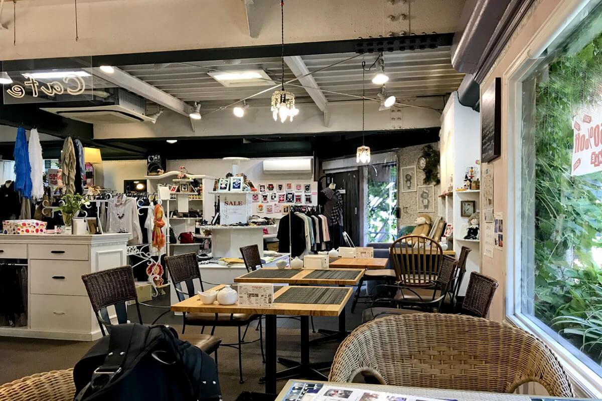 1階の店舗はこんな感じ。35年以上つづくアパレルショップ兼カフェです