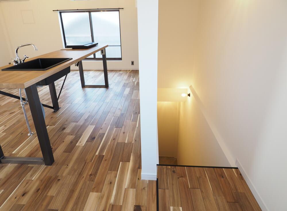 玄関は2階で、階段をあがって3階の室内につながります