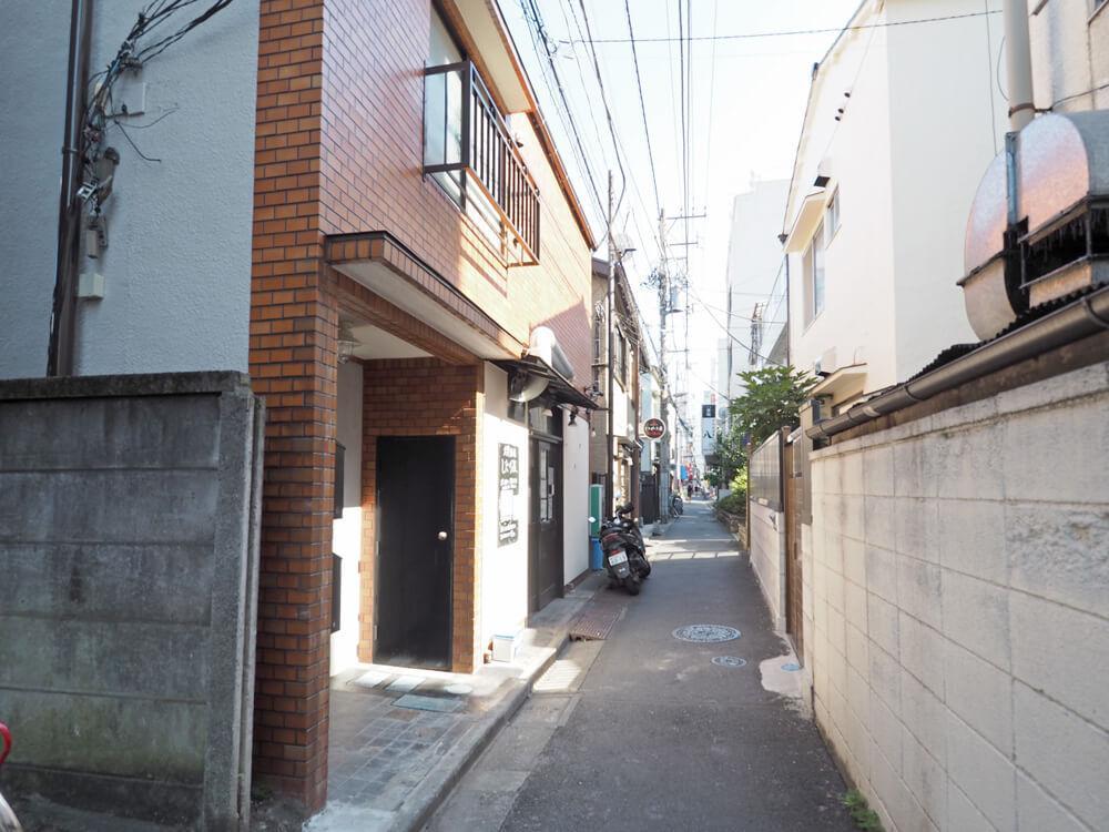 建物の前はこんな路地、建物1階は居酒屋です