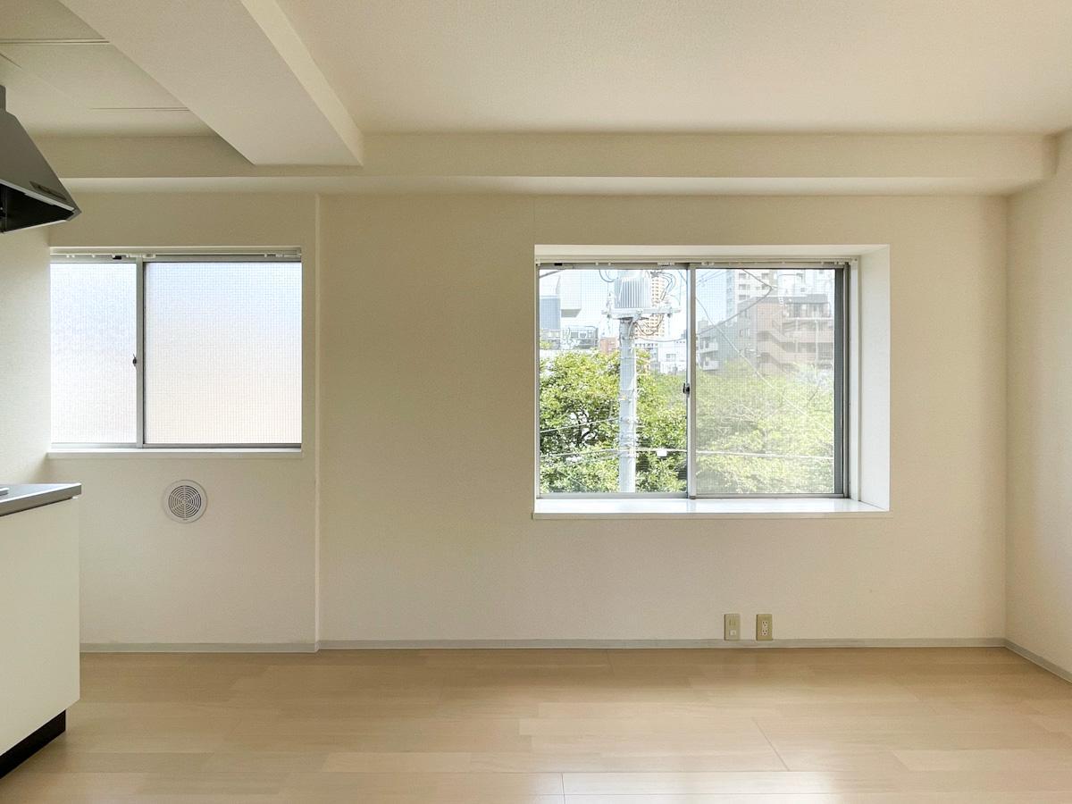 301号室:南東側の出窓の先にも緑が見える