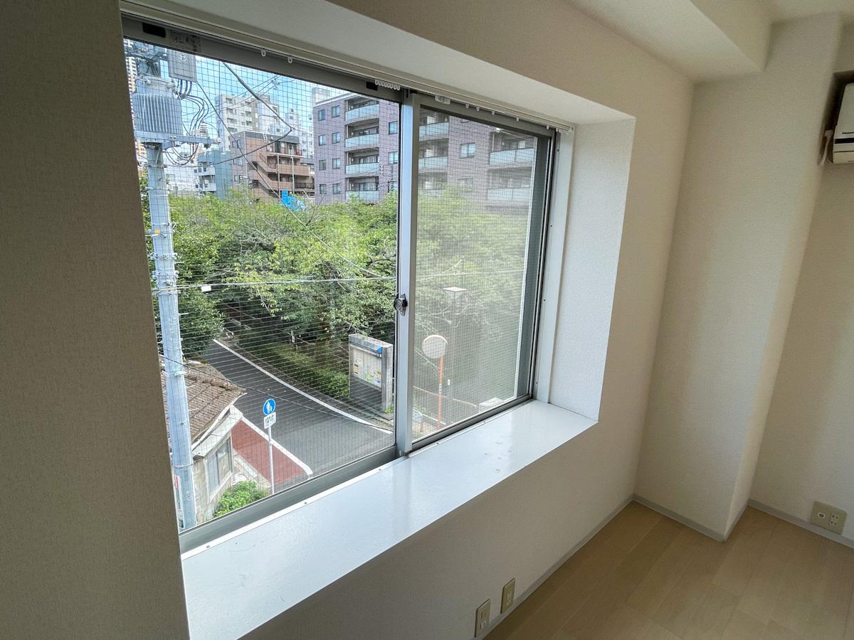301号室:出窓には植物やクラフトをいい感じに並べられそう