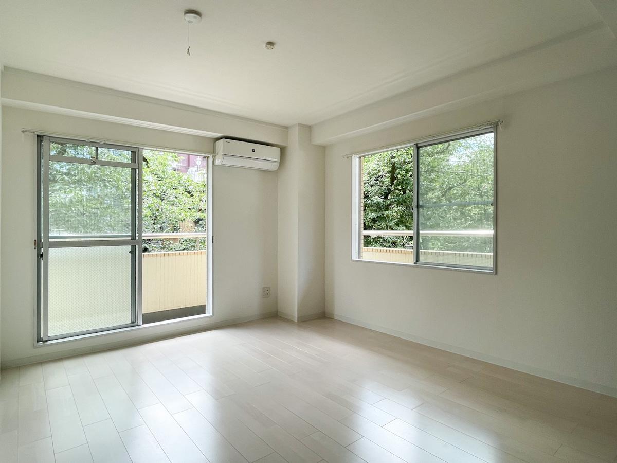 205号室:南西側の角部屋。どの窓からも桜の緑が見える