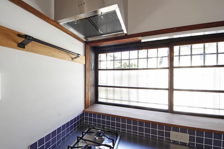 キッチンは、青いタイルがアクセント。窓の手前も物が置けて使いやすそう