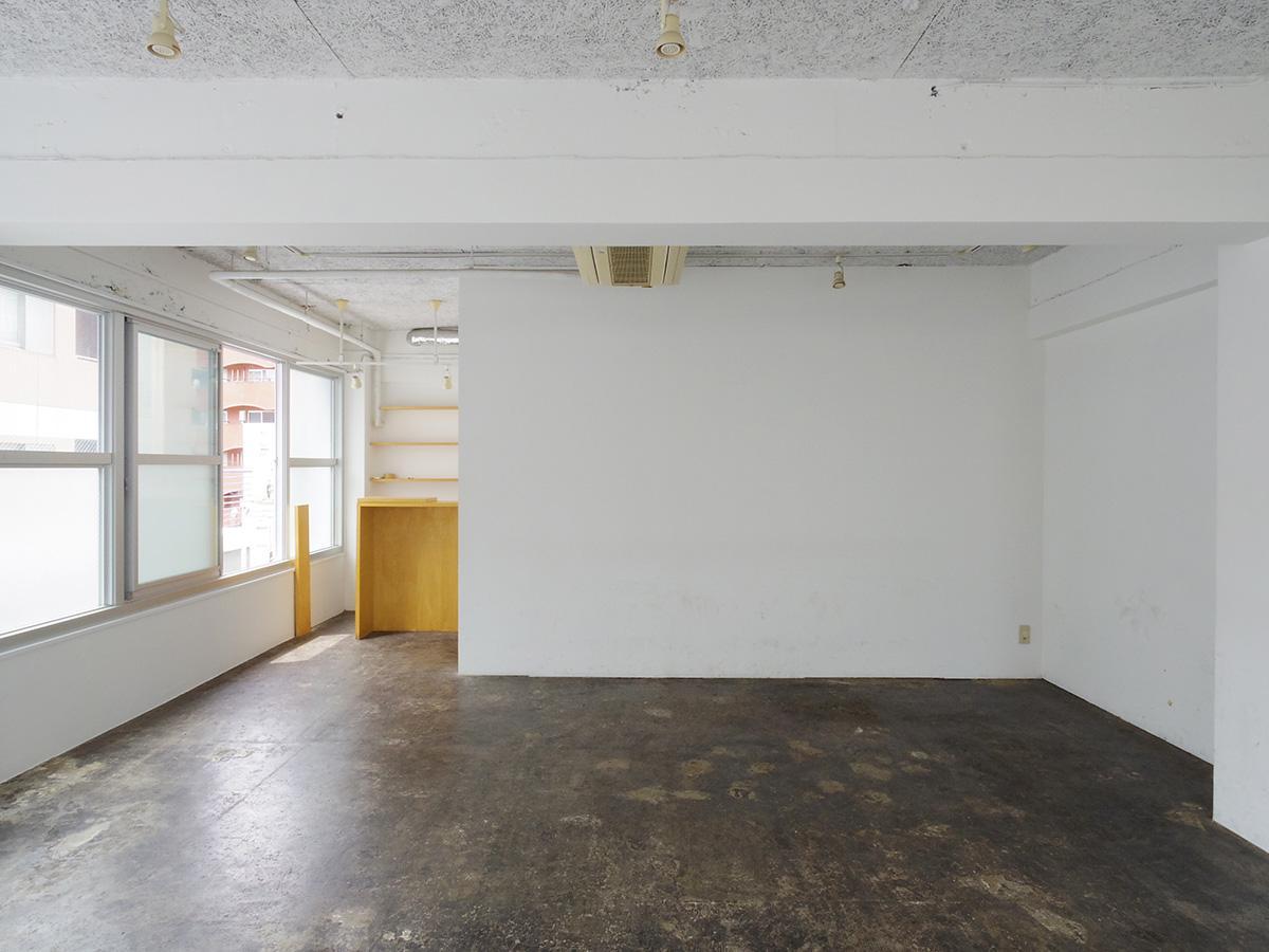 壁・天井は白く塗装、床は土間