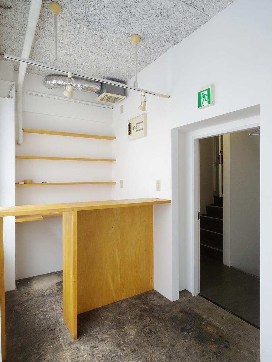 入り口の先に造作された棚。撤去も相談