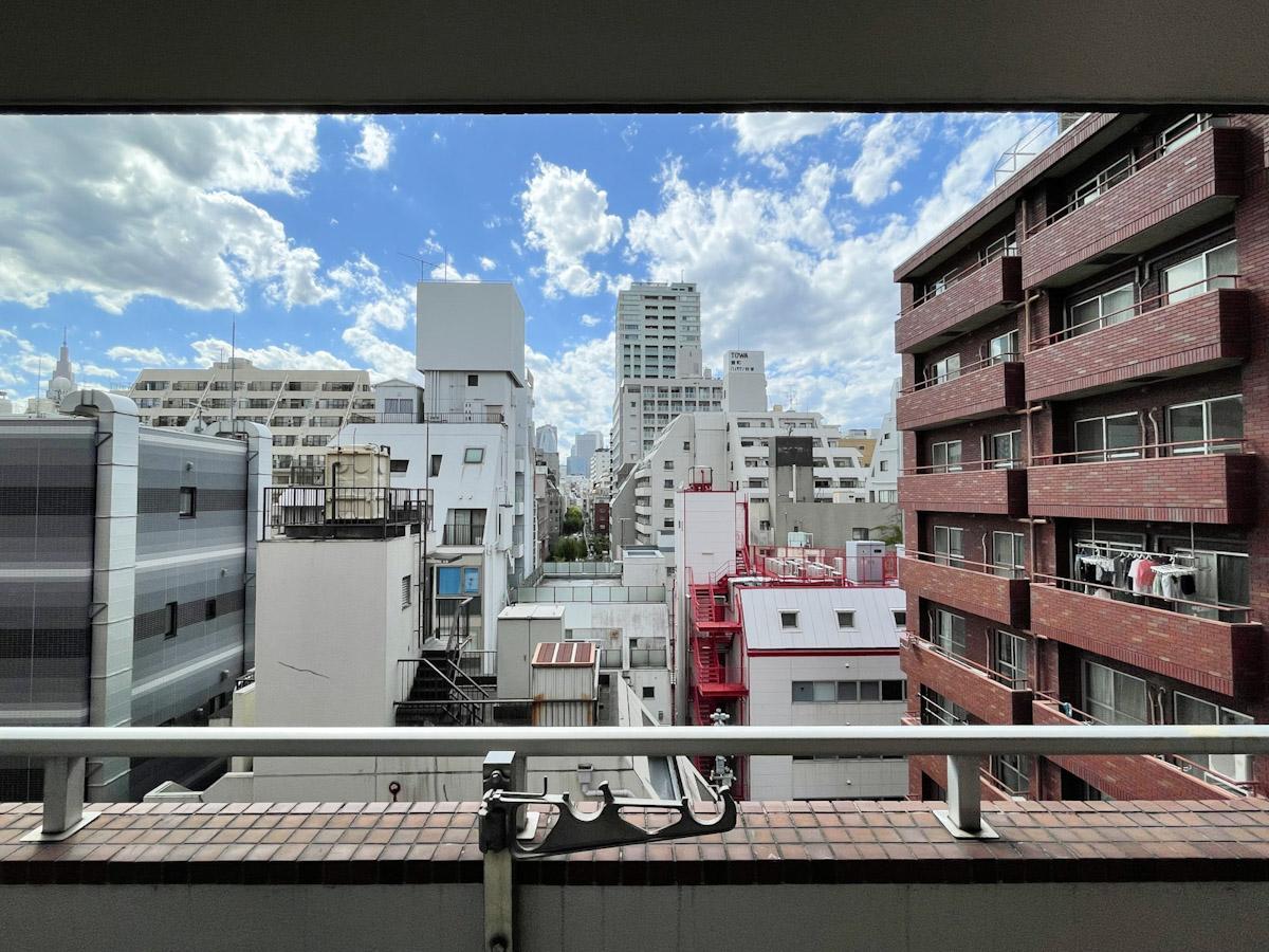 西側の窓からの眺望。隣の建物とは距離があって、しっかりと青空も楽しめる