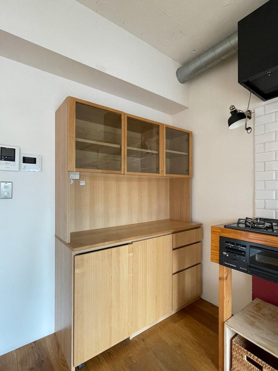 キッチンのすぐ横には食器棚