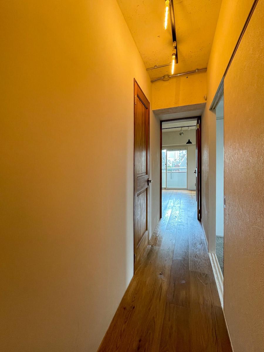 廊下。ライティングレールが設置してあるので、気軽に好みの照明へ変更可能