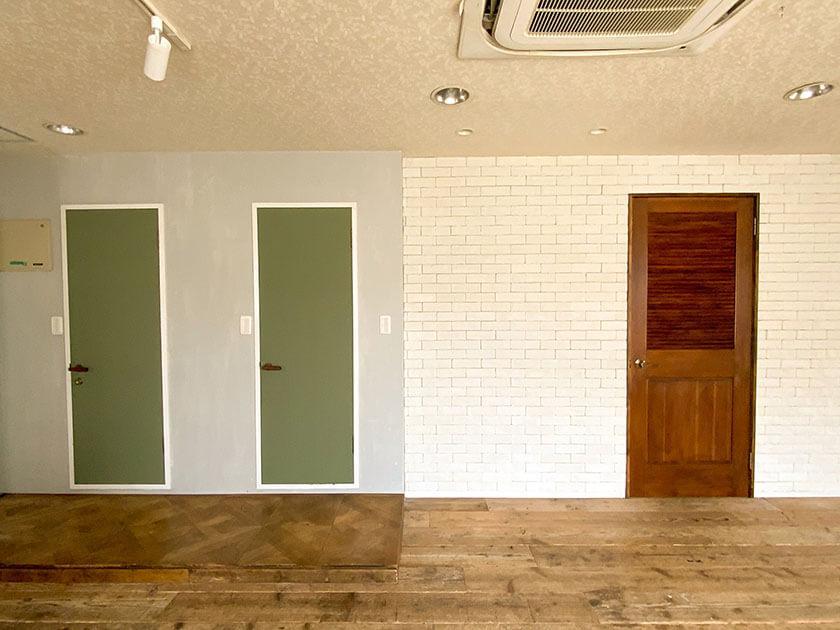 左の扉から、トイレ・バス・玄関側の洋室へのドア