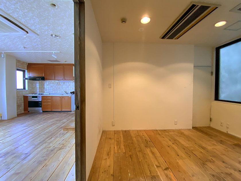 玄関から見て、右に洋室、左にLDK