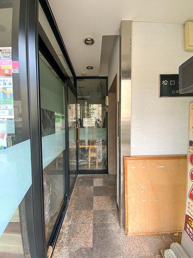 左は寿司屋の入り口、右がエレベーター