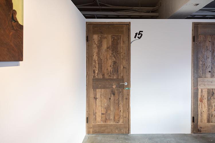 扉一つ一つ、古材でつくったオリジナルのもの。細かいところまで手が凝っています