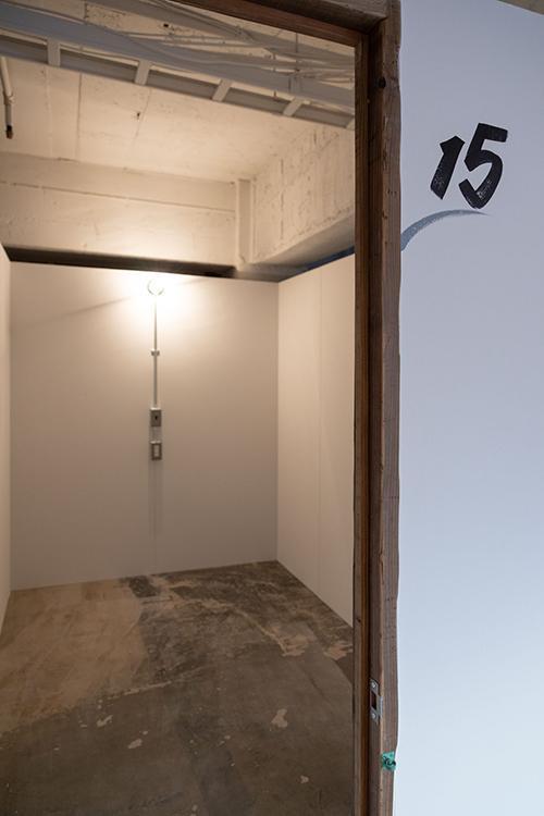 室内はこのような形。コンセントと照明のみのシンプルな箱。上部がオープンになっていて、空調は施設内で共有している形
