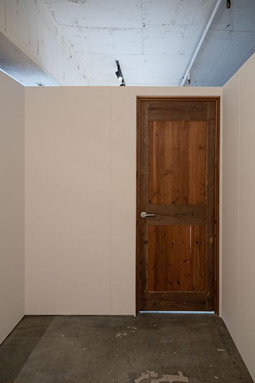 個室でじっくり集中して仕事するもよし。何か荷物を置いておくスペースにしてもよし。サロンなどの利用もよし(写真は015)