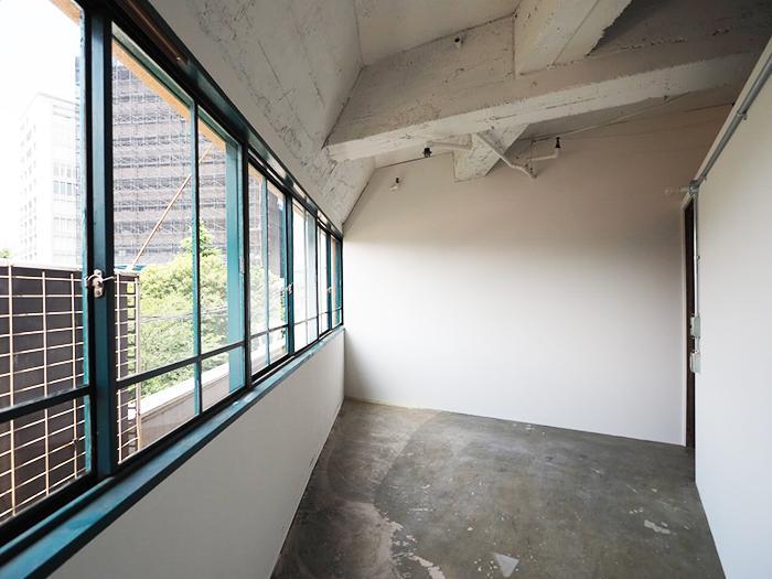 個室内。001は他の区画より広めで窓も多く気持ちいい!