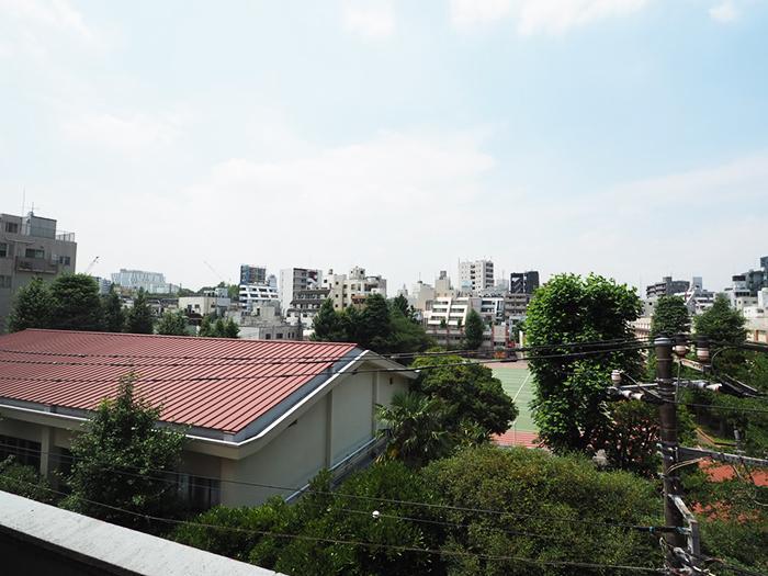 北東側の眺望。隣地は小学校となっており、開放的な眺めとなっている