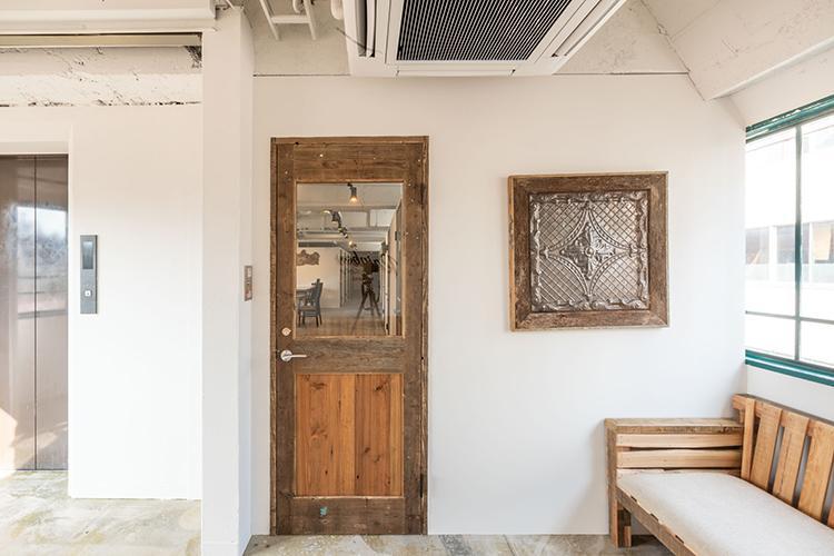 エントランス。施設の入口扉はオートロックになっていて、スマートロックで開ける形