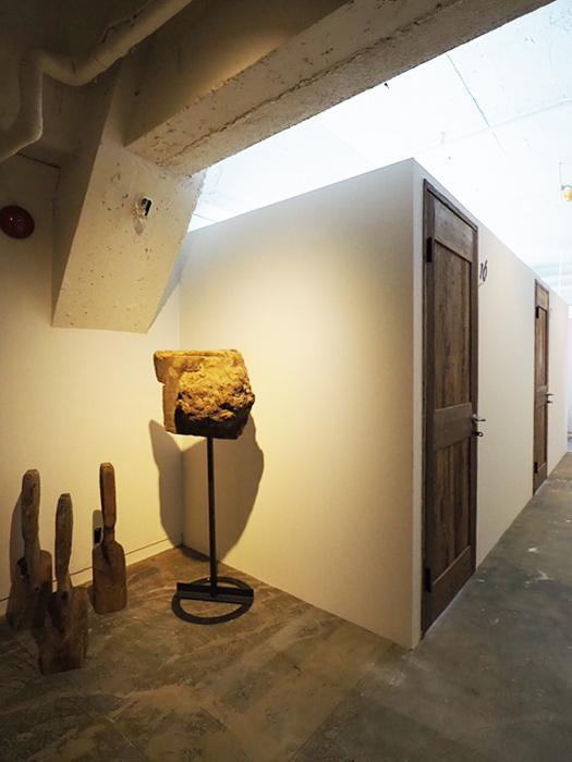 木で造作されたアート作品が施設内には点々と飾られている