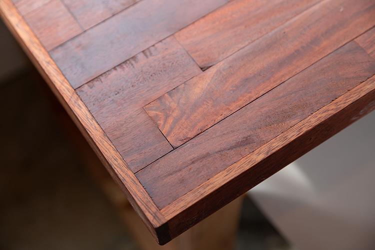 テーブルや椅子は一つ一つハンドメイドでつくられたもの。味わいや温もりを感じられるつくりです