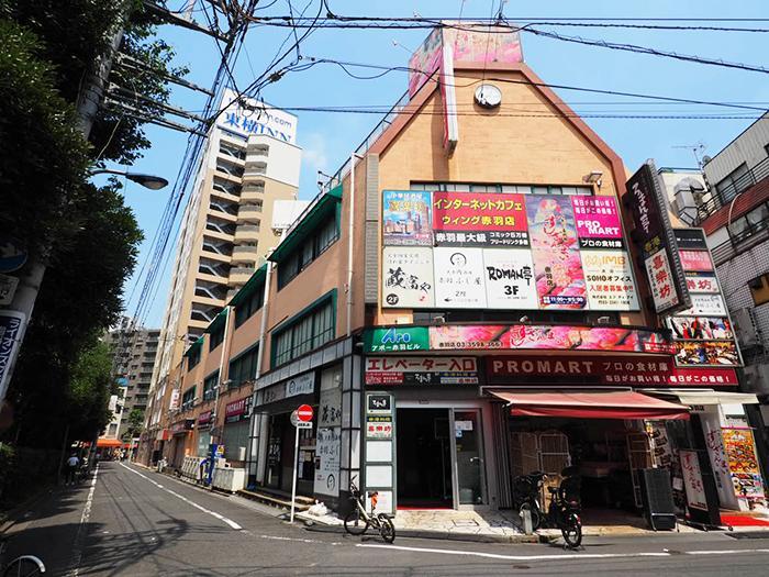 建物は飲食店やスーパーなどが入る雑居ビル。4階の1フロアが今回のスペースになっている