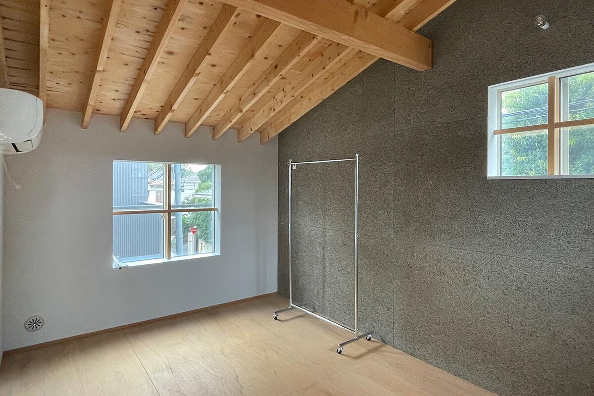 専有部分:右側に見える灰色の壁は木毛セメント板。DIY可能な壁です