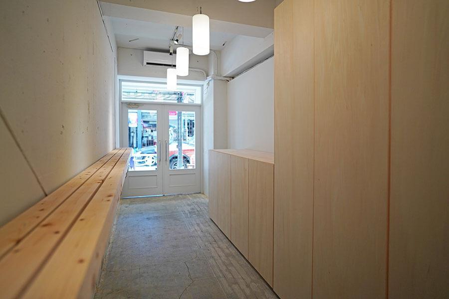 店舗スペース。壁に商品を並べる棚が備え付けられています。右側は収納です