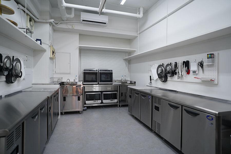 シェアキッチンスペース。左右に分けられるようにカーテンがついています