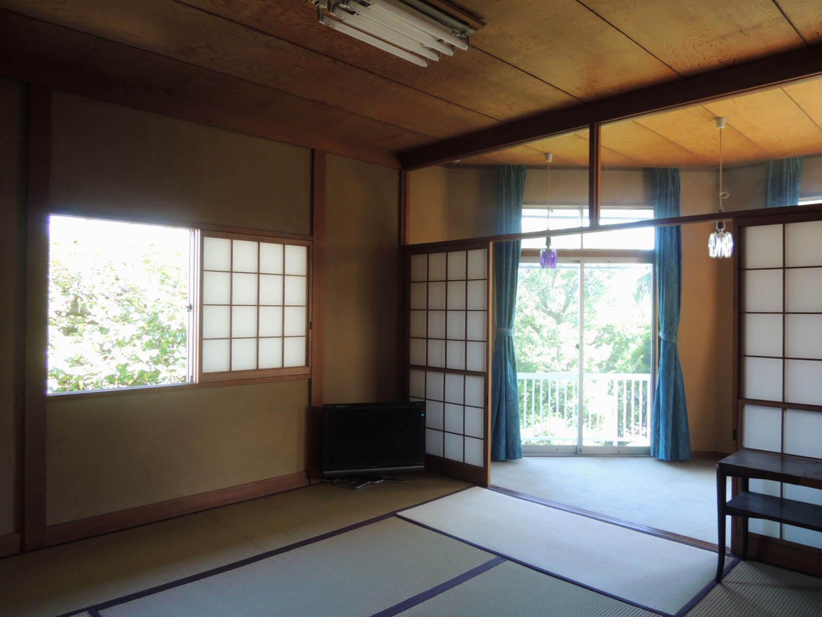 2階の和室は大きめ8帖、どの窓からも木々が覗く