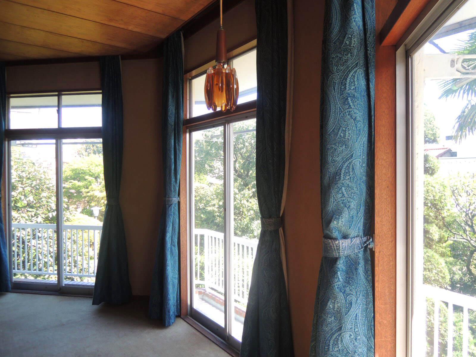 木の天井にジュータンの床、カーテンや照明はこのままお借りして、さらにレトロモダンを極めるアレンジをしてみても