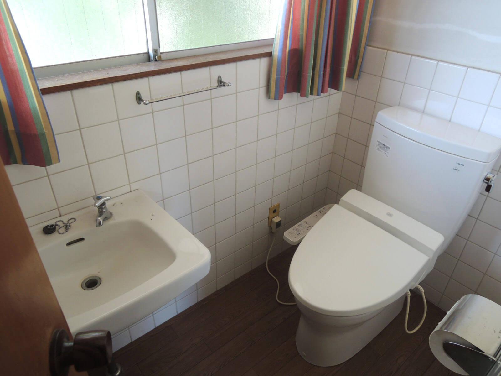 トイレは2階、浴室は1階です